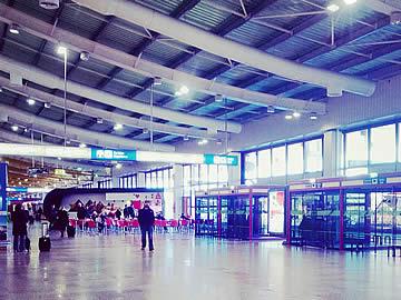 Terminal - portas de acesso à zona das chegadas