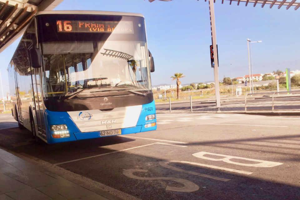 Autocarro na paragem do aeroporto