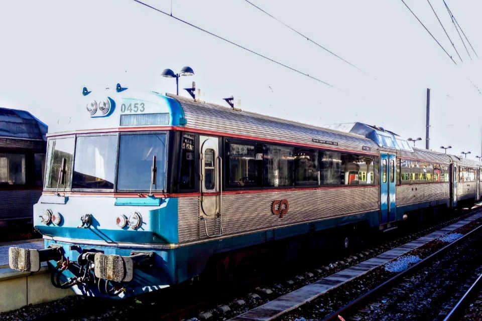 Comboio regional na estação de Faro