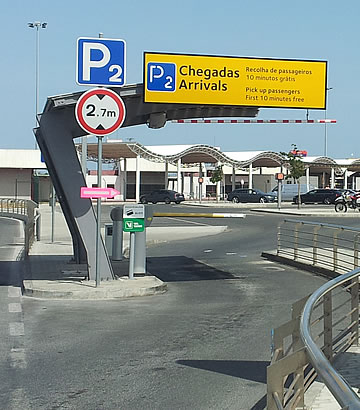 Entrada do parque P2 no aeroporto de Faro - chegadas