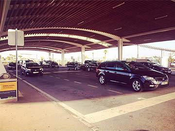 Zona dos táxis no aeroporto de Faro