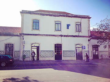 Fachada da estação de comboios em Faro