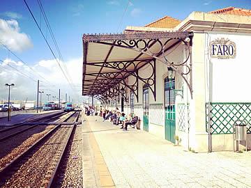 Passageiros à espera de comboio